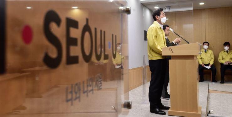 New Seoul Mayor Oh Se-hoon speaks at a regular press briefing at Seoul City Hall, Monday. Yonhap