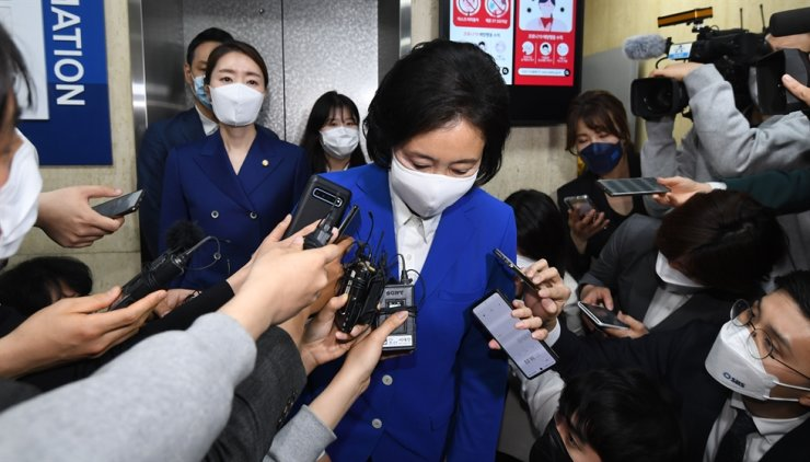 Park Young-sun of the ruling Democratic Party leaves her party office in Yeouido in Seoul's Yeongdeungpo District, April 7, after it was almost confirmed she lost to her rival Oh Se-hoon from the main opposition People Power Party in the Seoul mayoral election. Yonhap