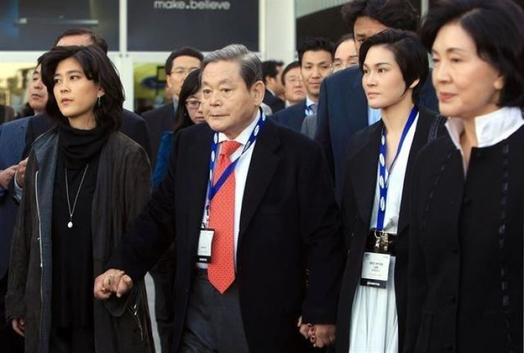The late Samsung Chairman Lee Kun-hee, center, is seen with his daughters Lee Boo-jin, left, and Lee Seo-hyun at the Consumer Electronics Show (CES) held in Las Vegas in 2010. On the right is his wife Hong Ra-hee. Courtesy of Samsung Group