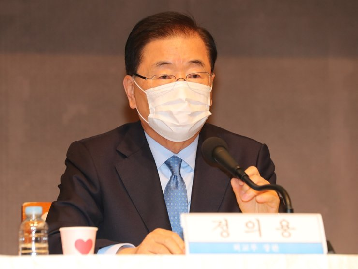 Foreign Minister Chung Eui-yong speaks during a forum hosted by the Kwankun Club in Seoul, Wednesday. Yonhap