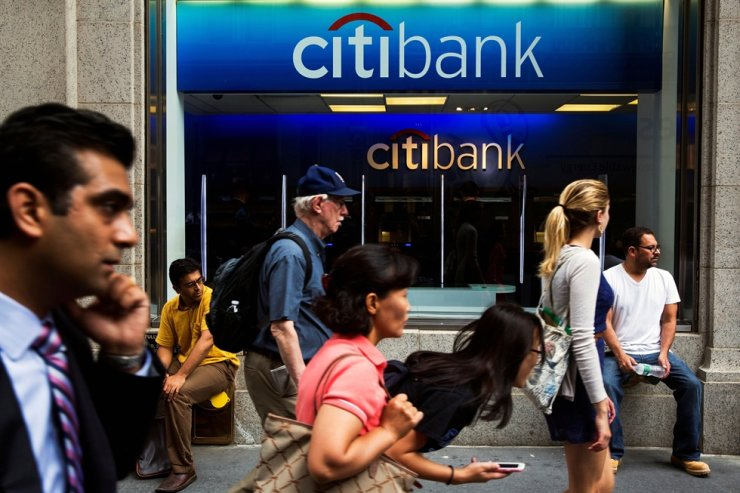 Pedestrians walk past the facade of a Citibank building in New York July 14, 2014. REUTERS-Yonhap