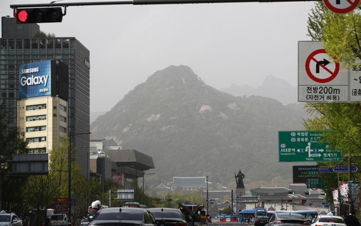 Mount Bugak behind Cheong Wa Dae and Gyeongbokgung Palace in Seoul's Jongno District appears murky as clouds of particulate matter drifted along easterly winds from the regions west of Korea arrived at the country on Friday. Yonhap