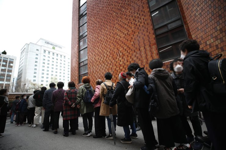 People queue to enter Yoido Full Gospel Church for Easter service in Seoul, April 4. Yonhap