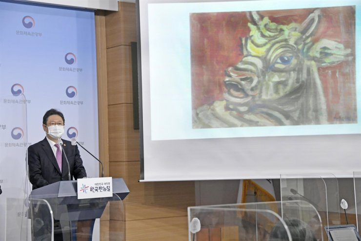 Culture Minister Hwang Hee speaks during a press briefing to announce the late Samsung Group Chairman Lee Kun-hee's family donating his art collection to national museums in Seoul, Wednesday. Courtesy of Ministry of Culture, Sports and Tourism
