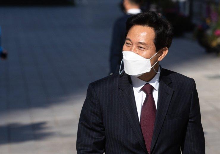 New Seoul Mayor Oh Se-hoon smiles as he walks toward Seoul City Hall in central Seoul, Thursday.