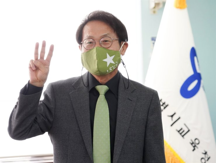 Cho Hee-yeon, superintendent of Seoul Metropolitan Office of Education (SMOE), makes a three-finger salute to show his solidarity with citizens in Myanmar, during a press conference at the education office building in Seoul, Tuesday. Courtesy of SMOE