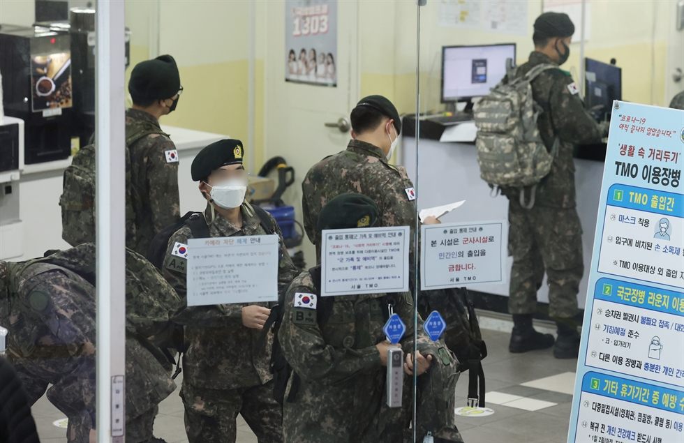 Men subject to enlistment wait for health checkup at an exam center in Seoul to get their physical grade for military service in this Feb. 17 photo. Korea Times photo by Bae Woo-han