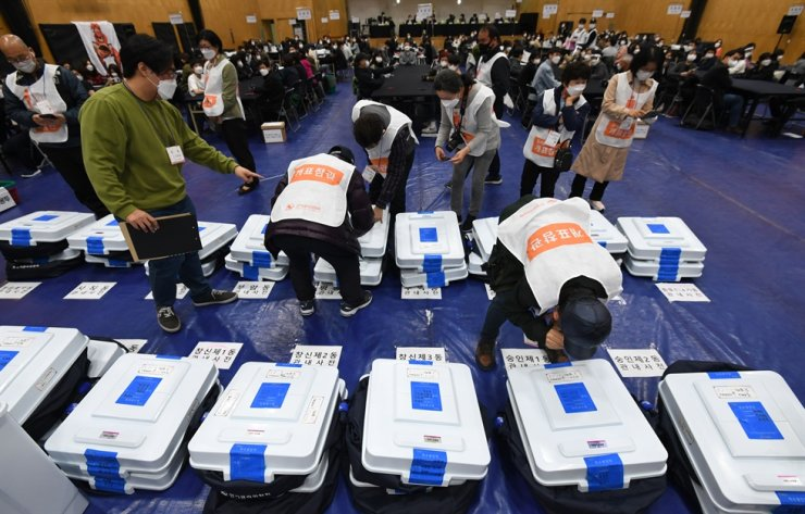 Ballot boxes are placed at a counting station in Seoul, Wednesday, for vote counting in Seoul's mayoral by-election. Korea Times photo by Choi Won-suk