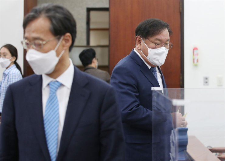 Rep. Kim Tae-nyeon, acting chief of the ruling Democratic Party of Korea and its floor leader, attends a meeting with other lawmakers at the National Assembly in Seoul, Thursday. The party's leaders said they decided to step down over big by-election losses. Yonhap