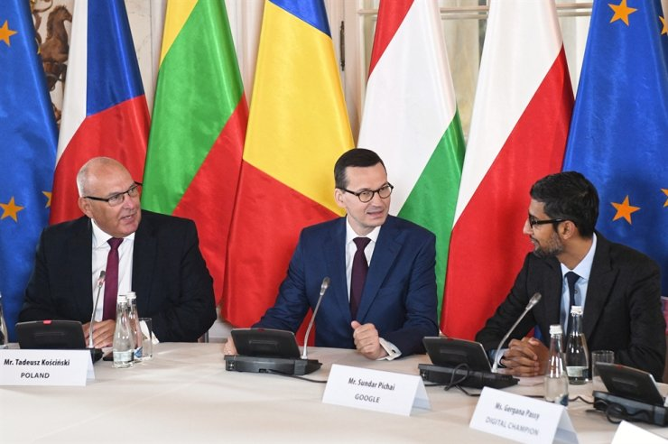 Polish Prime Minister Mateusz Morawiecki, center, Google chief executive officer Sundar Pichai, right, and Poland's Deputy Minister of Entrepreneurship and Technology Tadeusz Koscinski, left, during the meeting entitled Central and Eastern Europe Innovation Roundtable, January 21 in the Palace on the Water in Royal Lazienki Park in Warsaw, Poland / EPA-Yonhap