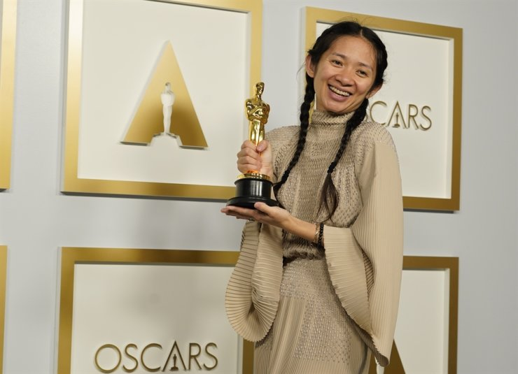 Director/Producer Chloe Zhao, winner of the award for best picture for 'Nomadland,' poses in the press room at the Oscars in Los Angeles, Calif., April 25. AP-Yonhap