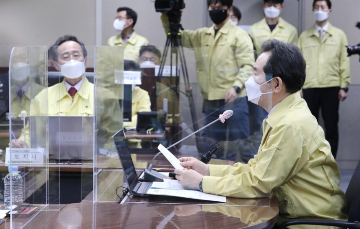 Prime Minister Chung Sye-kyun, right, speaks during a COVID-19 countermeasure safety meeting at North Jeolla Provincial Office in Jeonju, April 7, with the office head Song Ha-jin, left, attending the meeting. Yonhap