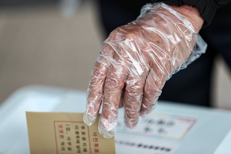 A voter casts his ballot for the Seoul mayoral by-election at a polling station in Seoul Station, Friday, the first day of the two-day early voting period for the April 7 by-elections. Korea Times photo by Shim Hyun-chul