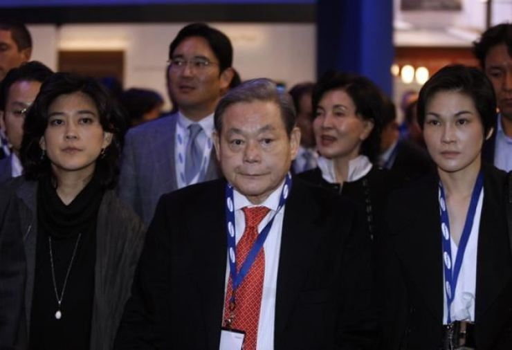 Late Samsung Electronics Chairman Lee Kun-hee, center, with his family members at the Consumer Electronics show held in Las Vegas in 2010. Courtesy of Samsung Group