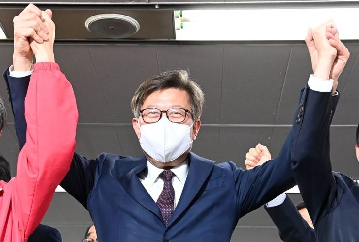 Park Heong-joon, the Busan mayoral candidate of the main opposition People Power Party, celebrates at his campaign office in Busan, Wednesday, after an exit poll showed his likely victory. Yonhap
