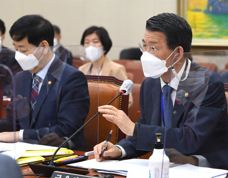 Financial Services Commission (FSC) Chairman Eun Sung-soo, right, speaks during a parliamentary committee meeting at the National Assembly in Seoul, last Thursday. Yonhap