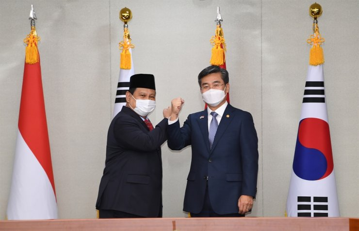 Defense Minister Suh Wook, right, and his Indonesian counterpart Prabowo Subianto pose prior to their talks at the Ministry of National Defense in Seoul, Thursday. Yonhap