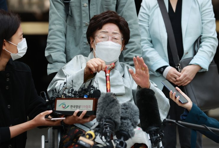 Lee Yong-soo, a victim of Japan's wartime sex slavery, speaks in front of the Seoul Central District Court in Seoul, Wednesday, after the court dismissed a case filed by her and other victims seeking compensation for their suffering from the Japanese government. Yonhap