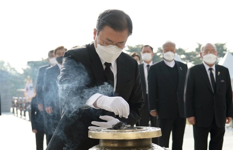 At April 19th National Cemetery in Sooyu area in Seoul's Gangbuk District on Monday, President Moon Jae-in burns incense to pay tribute to the victims of April 19 Revolution in 1960. Yonhap