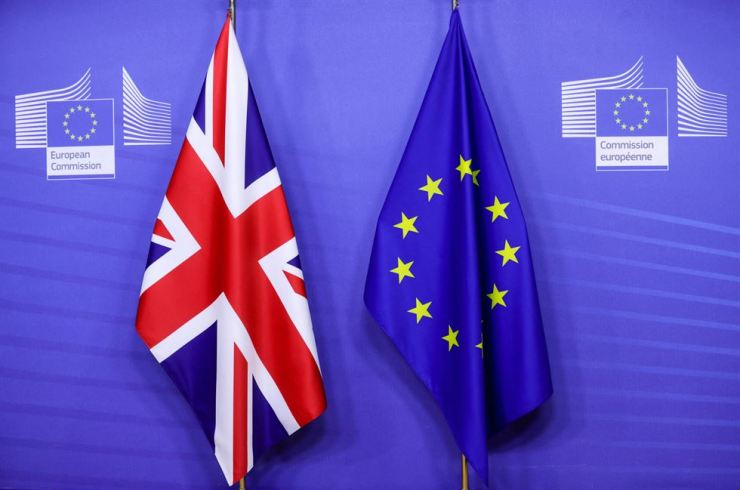 Flags of the Union Jack and the EU are seen ahead of the Britain's Prime Minister's meeting on a post Brexit trade deal with the European Commission President in Brussels in this 2020 file photo.  AFP-Yonhap