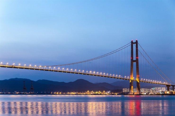 Night view of Yi Sun-sin Bridge in Yeosu, South Jeolla Province / gettyimagesbank