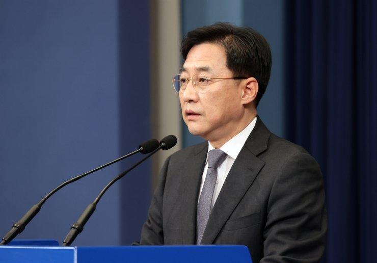 Cheong Wa Dae spokesman Kang Min-seok speaks during a press briefing at Cheong Wa Dae in Seoul, Thursday. Yonhap