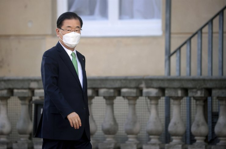 Foreign Minister Chung Eui-yong arrives for talks during the G7 foreign ministers' meeting in London, Wednesday. AP-Yonhap
