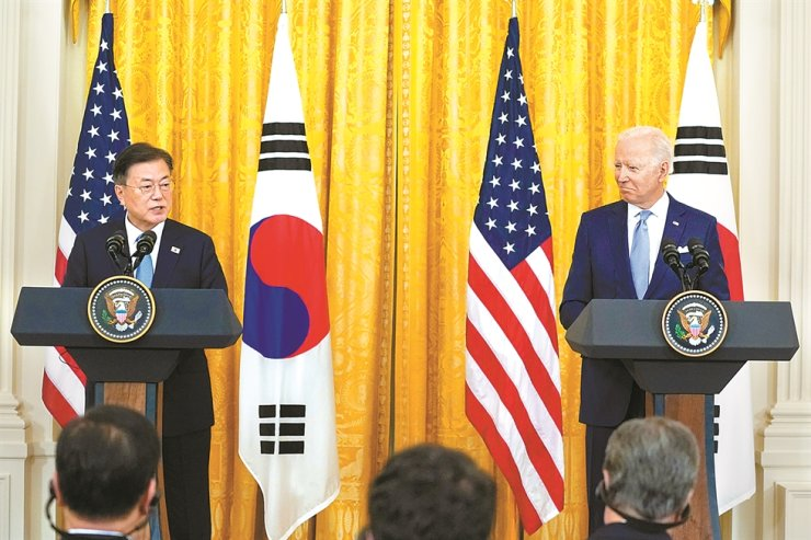 President Moon Jae-in and U.S. President Joe Biden hold a joint press conference at the White House following their first face-to-face summit, Friday (local time). AP-Yonhap