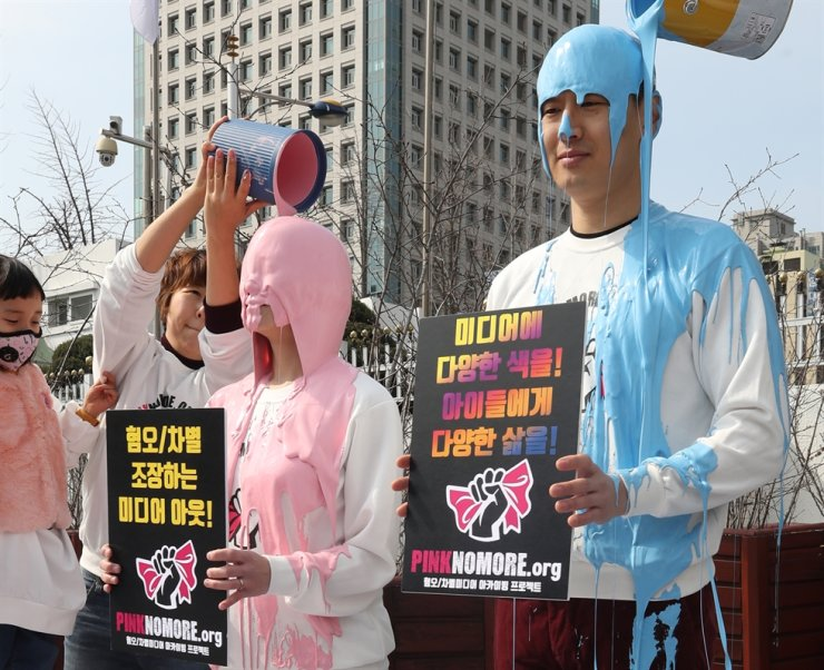 Members of the civic group, Political Mamas, cover themselves in paint during their 'Pink No More' campaign in front of the Government Complex Seoul in this March 14, 2019, photo. Yonhap