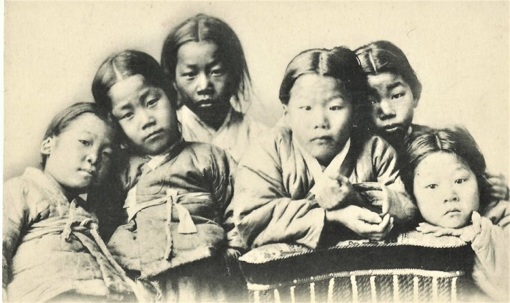 A group of children pose for a picture, circa 1890-1910s. / Robert Neff Collection