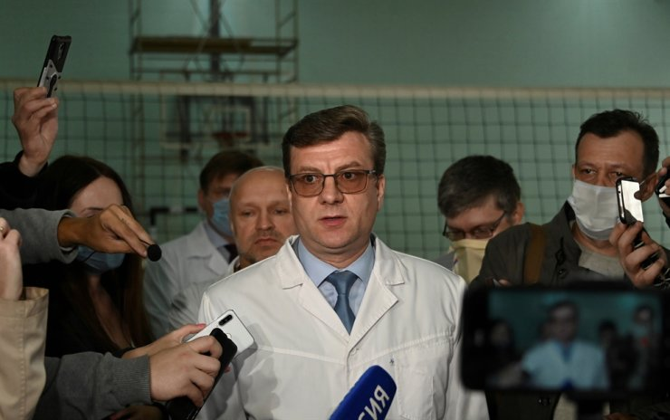 Alexander Murakhovsky, chief doctor of a hospital, where Alexei receives medical treatment, speaks with the media in Omsk, Russia August 21, 2020. Reuters-Yonhap