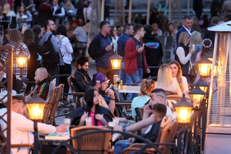 Inhabitants enjoy in the open air at the Castle Square during the first weekend of easing the coronavirus pandemic restrictions, in Warsaw, Poland, May 15, 2021. EPA-Yonhap