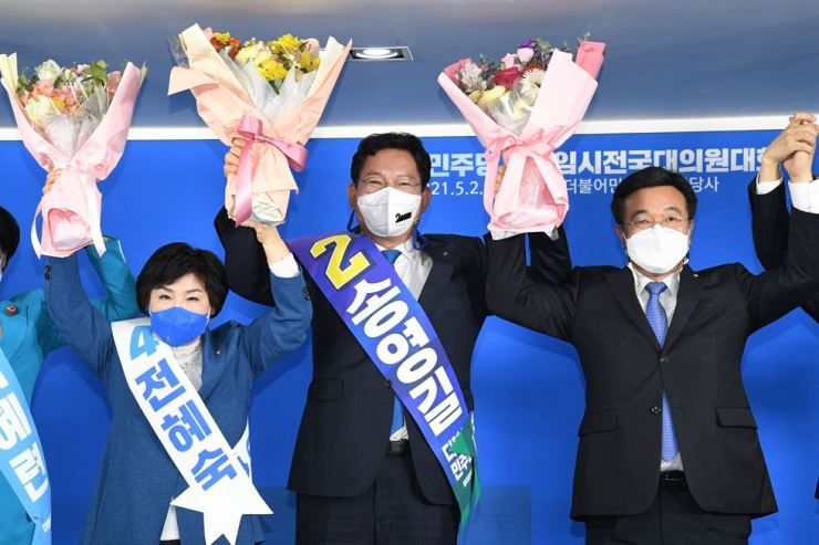 Rep. Song Young-gil, center, celebrates his election as the new chairman of the Democratic Party during a party congress in Seoul, Sunday. Yonhap