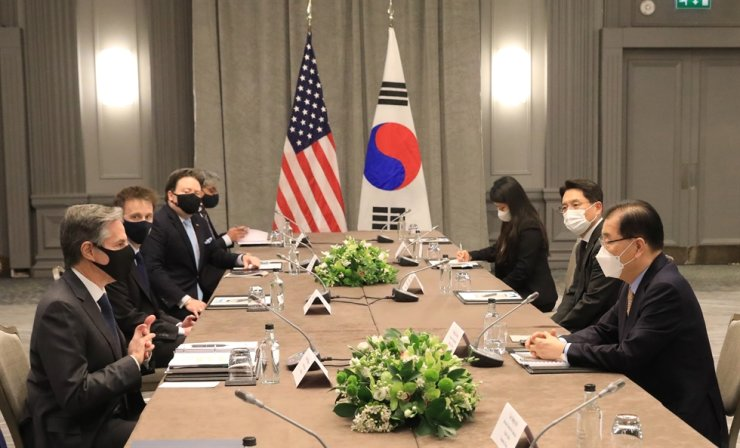 United States Secretary of State Antony Blinken, first left, wearing a face mask, speaks to South Korea's Foreign Minister Chung Eui-yong, first right, during bilateral talks on the sidelines of a G7 foreign ministers meeting, at the Grosvenor House Hotel, London, Monday. Yonhap