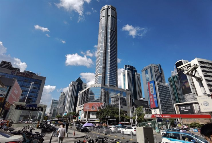 This picture shows the 300-metre SEG Plaza in Shenzhen in China's southern Guangdong province on May 19, a day after it triggered widespread panic when it began shaking and was evacuated. AFP-Yonhap