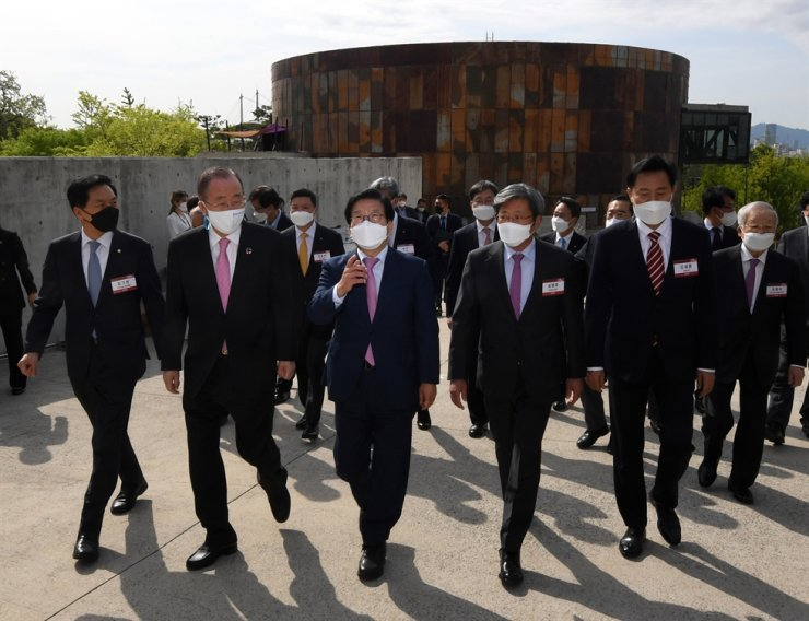 The Korea Times and Hankook Ilbo Chairman Seung Myung-ho, front row second from right, and former U.N. Secretary General Ban Ki-moon, second from left, walk to an outdoor stage at the Cultural Depot Park in Seoul's Mapo District where the Korea Forum 2021, co-hosted by the two dailies, took place Wednesday. From left are main opposition People Power Party floor leader Rep. Kim Gi-hyeon, Ban, National Assembly Speaker Park Byeong-seug, Seung, and Seoul Mayor Oh Se-hoon. Korea Times photo by Hong In-ki