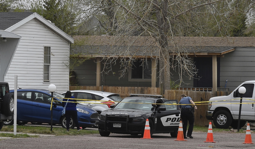 Family and friends of the victims, who died in a shooting, comfort each other near the crime scene in Colorado Springs, Colo., May 9. AP-Yonhap