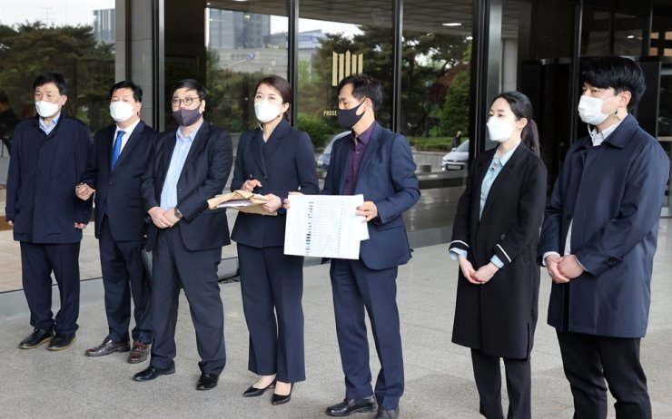 Officials from a coalition of financial consumer groups, along with a lawyer representing them, hold a press conference before filing a complaint against Kakao Corp. at the Seoul Central District Prosecutors' Office, Tuesday. Yonhap