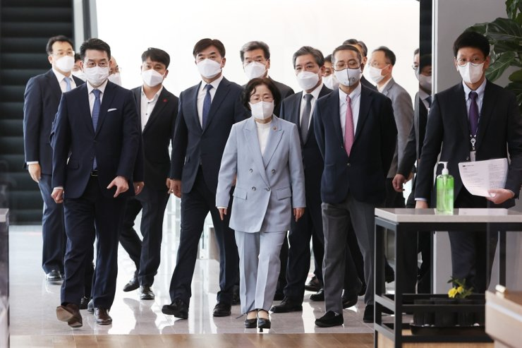 Fair Trade Commission (FTC) Chairwoman Joh Sung-wook, third from right, is accompanied by corporate executives during a ceremony marking the opening of the in-house cafeteria business of conglomerates to the public at LG Science Park in Seoul, April 5. Korea Times file