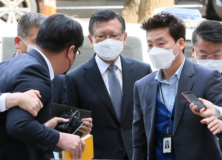 Former Asiana Group Chairman Park Sam-koo, center, enters Seoul Central District Court in Seoul, May 12, to attend his arrest warrant hearing. He was arrested on May 13 on charges of masterminding unfair financial transactions among group affiliates. Yonhap