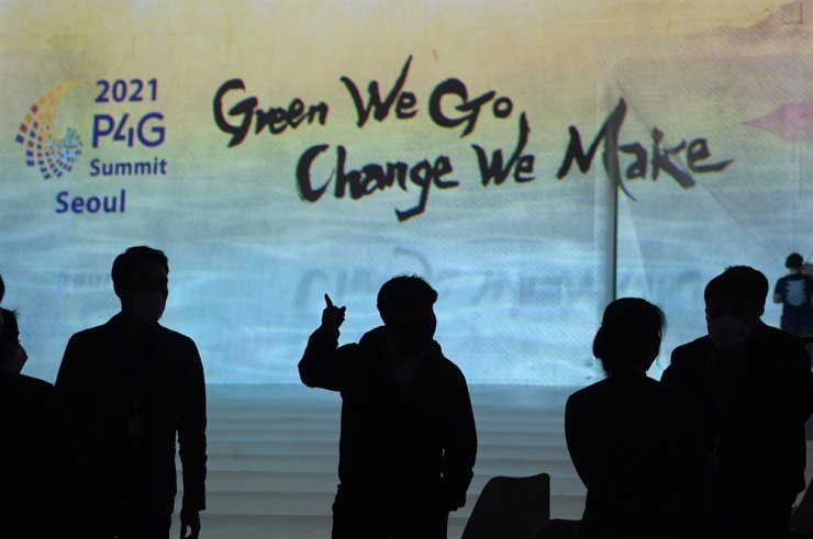 Officials organize the P4G summit virtual meeting room at Dongdaemun Design Plaza in Seoul, May 28. Yonhap