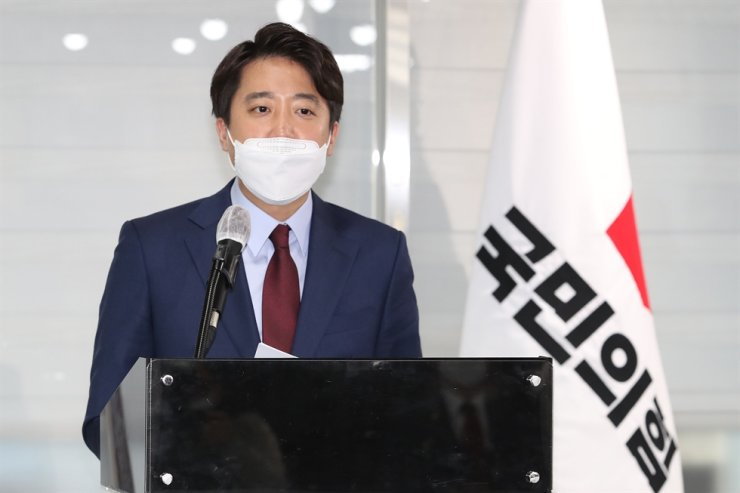 Lee Jun-seok, a former member of the main opposition People Power Party's Supreme Council, announces his bid to run for the leadership of the party at its headquarters on Yeouido in Seoul, Thursday. Lee is enjoying high support from young men with his remarks addressing issues largely concerning men in their 20s and 30s. Yonhap