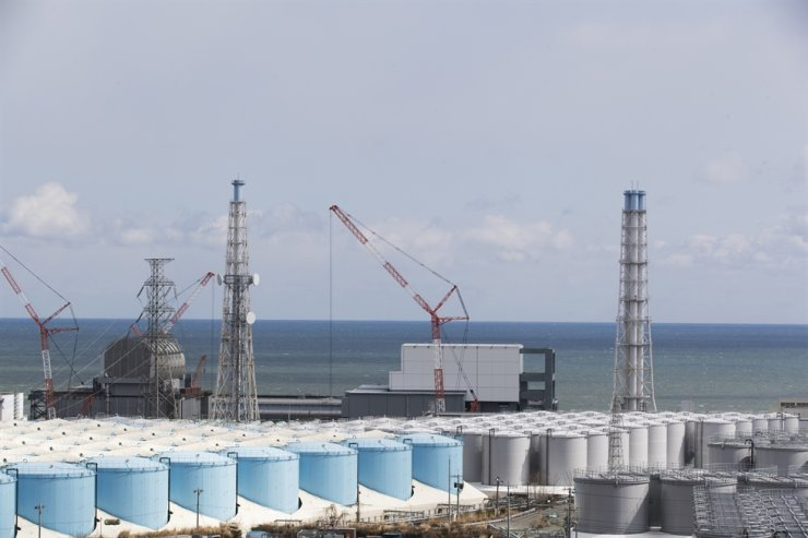 The Pacific Ocean looks over nuclear reactor units of No. 3, left, and 4 at the Fukushima Daiichi Nuclear Power Plant in Okuma town, Fukushima Prefecture, northeastern Japan, in this Feb. 27 photo. AP-Yonhap