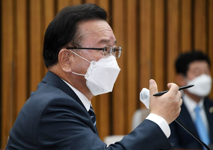 Prime Minister nominee Kim Boo-kyum speaks during a parliamentary confirmation hearing on his nomination at the National Assembly, Friday. Yonhap