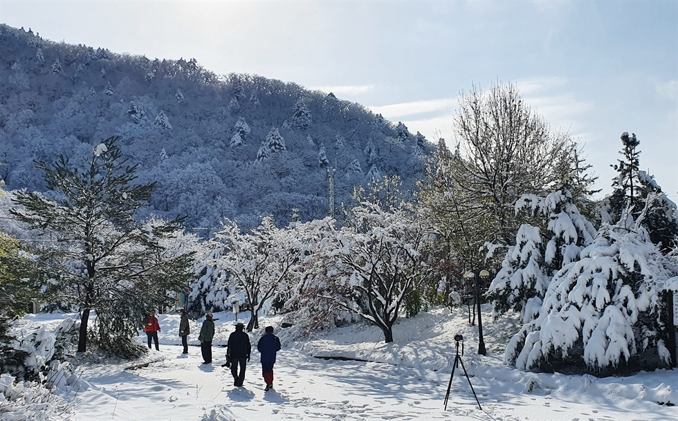 An unseasonal snowfall covers the mountains of Yangyang County, Gangwon Province, May 2. Yonhap