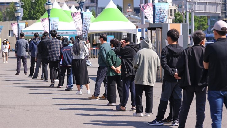 Daily new COVID-19 cases in South Korea remained in the 600s for the third straight day Friday as sporadic clusters were reported nationwide amid concerns of another wave of infections. Yonhap