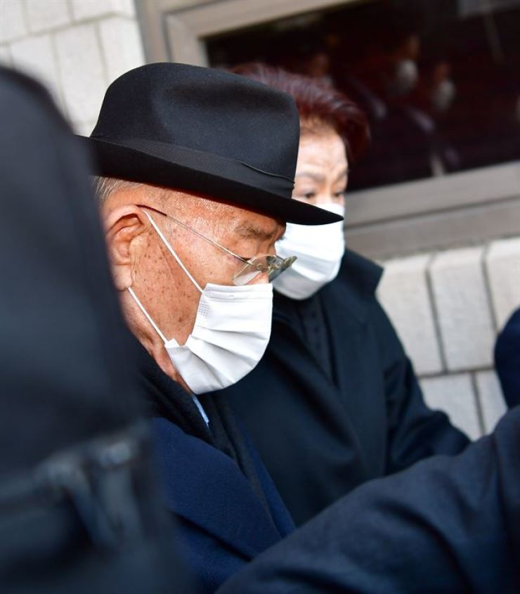 In this photo from Nov. 30, 2020, former President Chun Doo-hwan leaves Gwangju District Court after being sentenced a suspended jail term on charges of defamation of a dead person. Yonhap