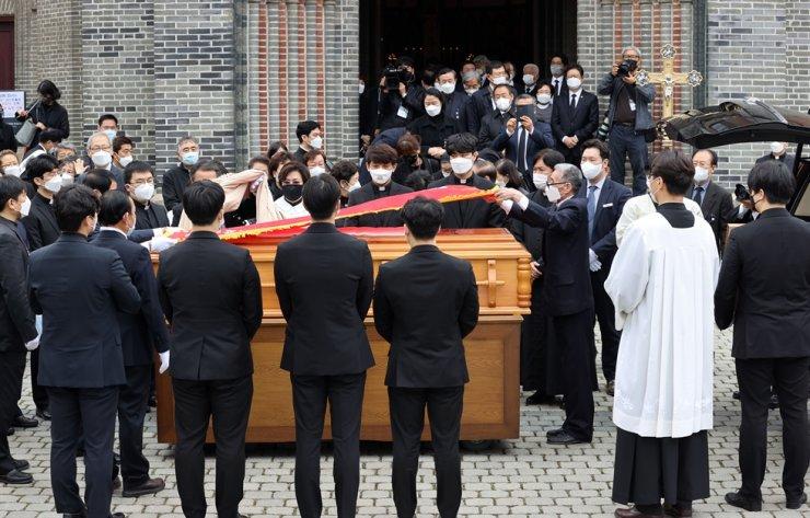 South Koreans bade farewell Saturday to Roman Catholic Cardinal Nicholas Cheong Jin-suk in a funeral mass at Seoul's landmark Myeongdong Cathedral. Yonhap