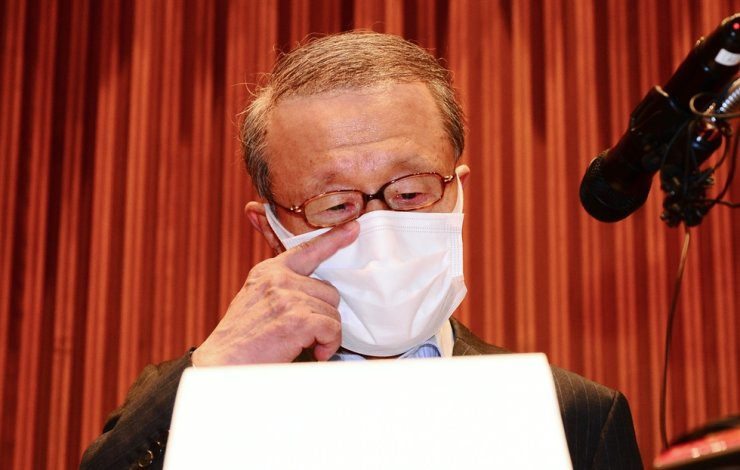 Hong Won-sik, chairman of Namyang Dairy Products, wipes off his tears during a press conference at the company's headquarters in Seoul, May 4. Yonhap