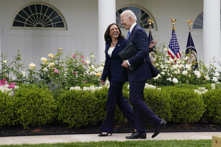 U.S. President Joe Biden walks with Vice President Kamala Harris after speaking on updated guidance on face mask mandates and COVID-19 response, in the Rose Garden of the White House, May 13. AP-Yonhap